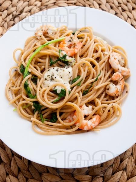 Пълнозърнести спагети със скариди, моцарела и босилек - снимка на рецептата